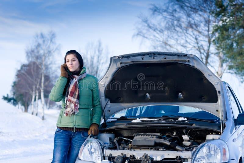 Avaria do carro do inverno - atendimento da mulher para a ajuda imagens de stock royalty free
