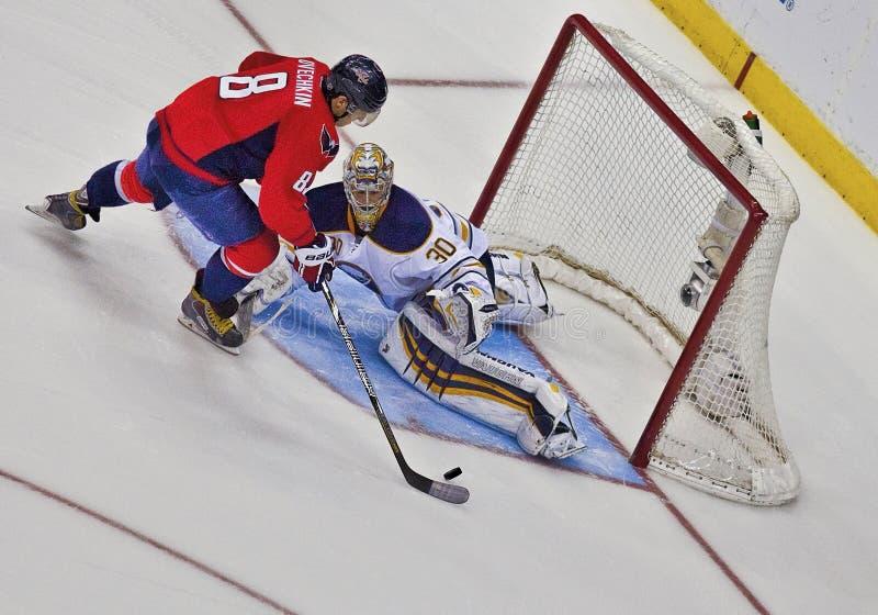 Avböjt skott på mål--Washington Capitals och Buffalo Sabres fotografering för bildbyråer