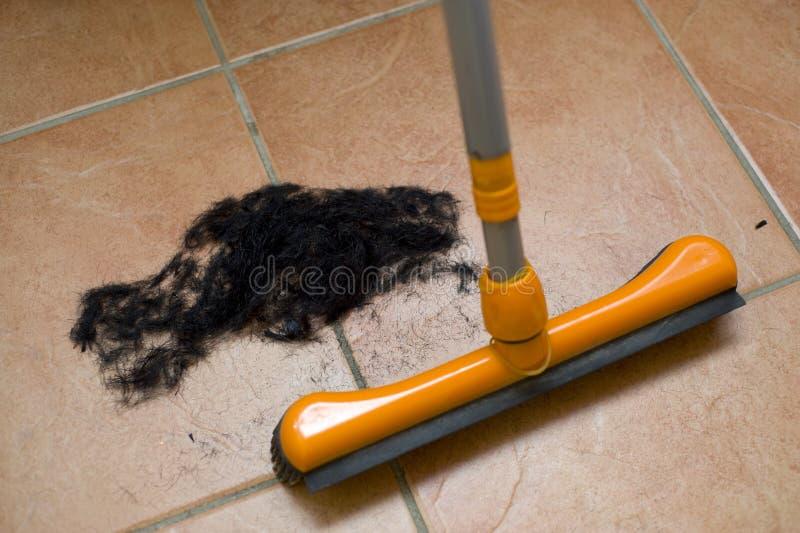Lokalvård upp hår på frisören arkivfoto