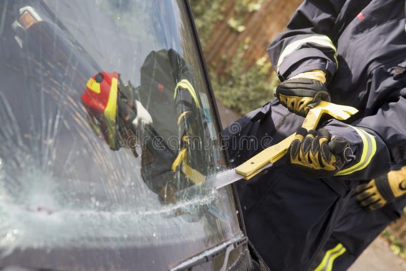 avbrott av bilbrandmanvindrutan arkivbild