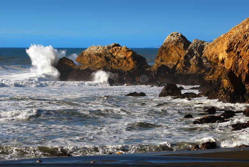 avbrott av Kalifornien kustwaves arkivbilder
