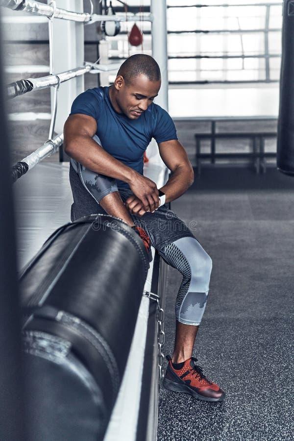 Avbrott för behov lite Trött ung afrikansk man i sport som beklär r royaltyfri fotografi