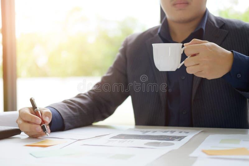 Avbrott för kaffe för drink för affärsman royaltyfria foton