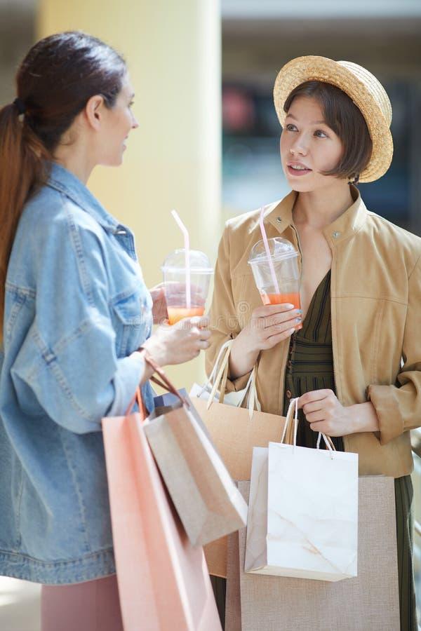 Avbrott under shopping royaltyfri foto