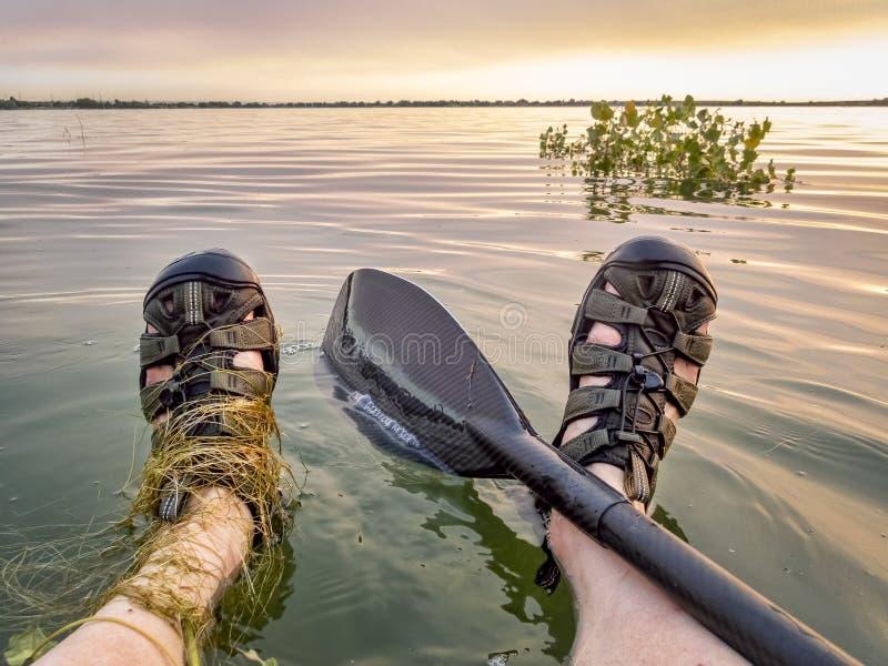 Avbrottet står in upp paddleboardgenomkörare royaltyfri fotografi