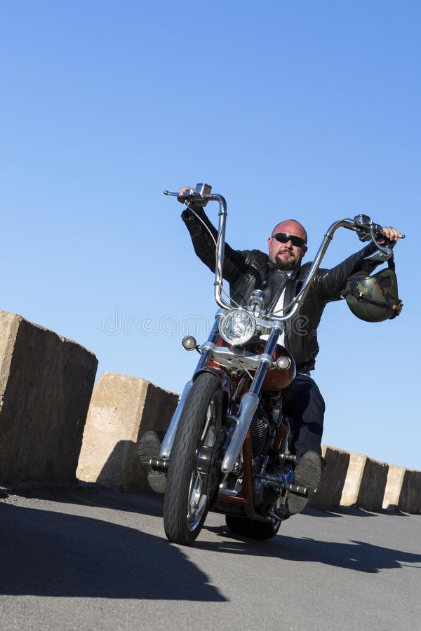 Avbrytarmotorcyklistkörning royaltyfri fotografi