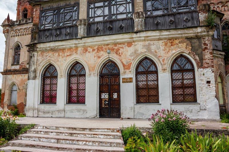Avchurino, Russia - luglio 2019: La biblioteca neogotica del XIX secolo nella proprietà di Avchurino vicino a Kaluga fotografia stock