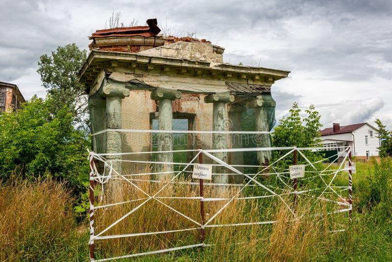 Avchurino Ryssland - Juli 2019: Fördärvar av en portik med kolonner lämnade över från rotundan på det Avchurino godset nära Kalug royaltyfria foton