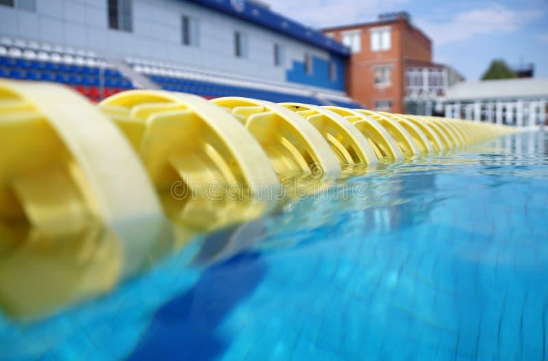 Avdelare av banor i den stora simbassängen royaltyfri fotografi