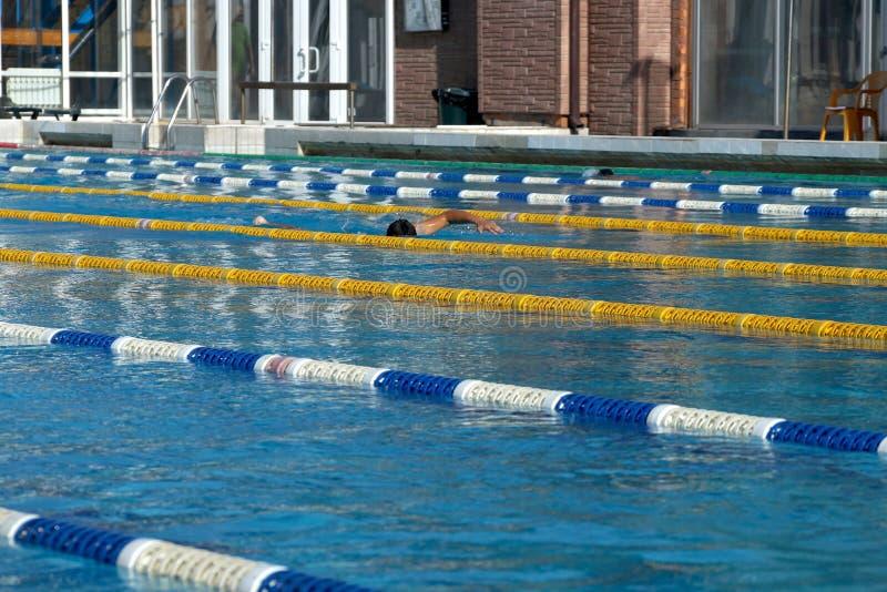 Avdelare av banor i den stora simbassängen arkivfoton