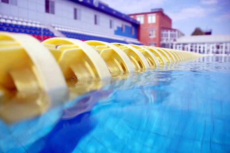 Avdelare av banor i den stora simbassängen royaltyfri foto