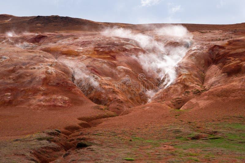 Avdunstning i den geotermiska dalen, Leirhnjukur, Island royaltyfria foton