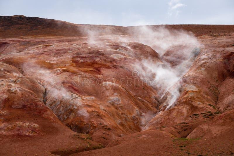 Avdunstning i den geotermiska dalen, Leirhnjukur, Island royaltyfri bild