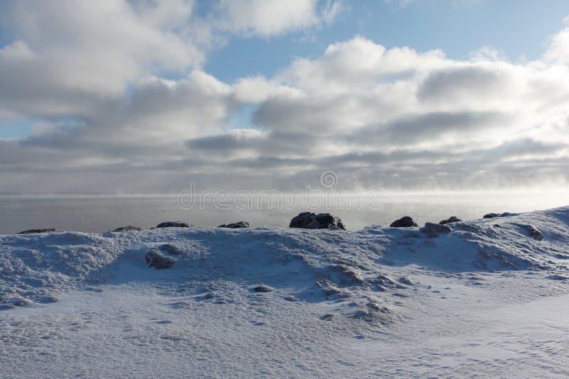 Avdunstning under frysa av vatten i floden, bildande av is, Ob behållare, Sibirien royaltyfri bild