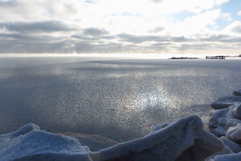 Avdunstning under frysa av vatten i floden, bildande av is, Ob behållare, Sibirien royaltyfria foton