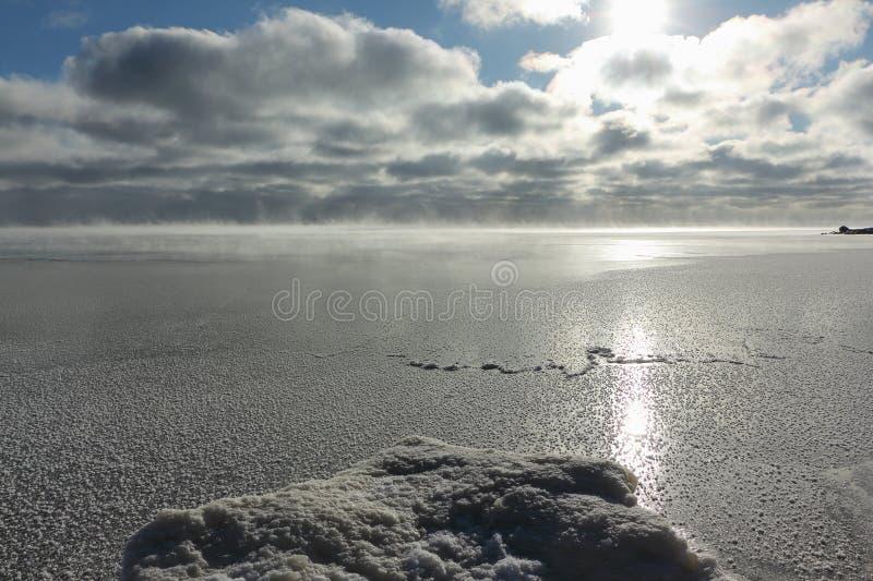 Avdunstning under frysa av vatten i floden, bildande av is, Ob behållare, Sibirien fotografering för bildbyråer