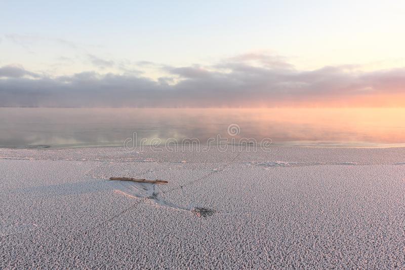 Avdunstning under frysa av vatten i floden, bildande av is, solnedgång, Ob behållare, Sibirien arkivfoton