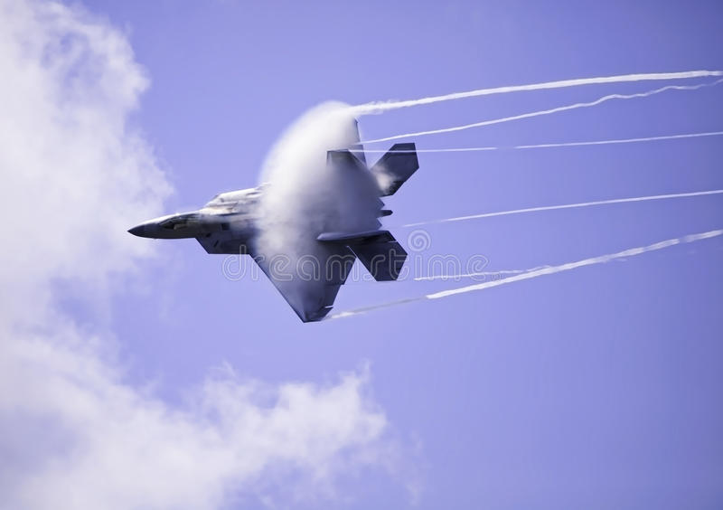 Ave de rapina F-22 no vôo sobre Havaí fotografia de stock royalty free