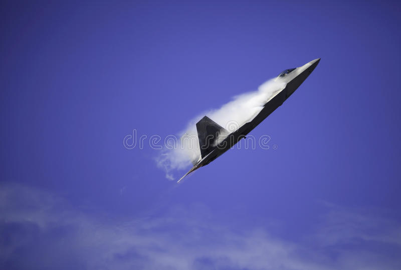 Ave de rapina F-22 no vôo sobre Havaí imagem de stock