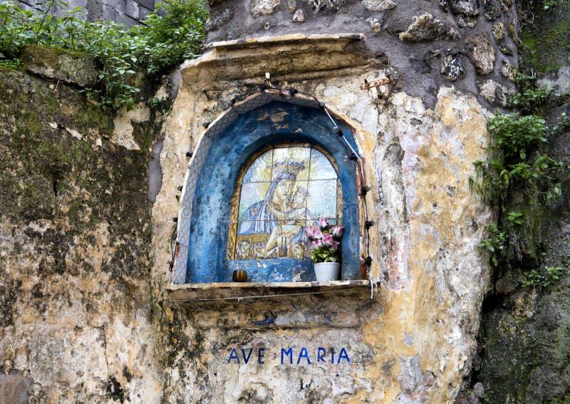 Ave Maria Madonna och barn på väggen av en gata i Sorrento, Italien royaltyfri foto