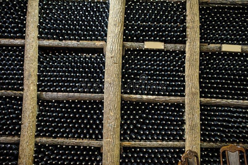 Avec des bouteilles sur les étagères en bois photos libres de droits