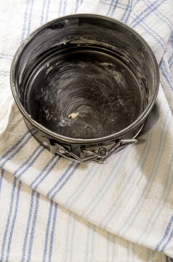 Avec du beurre plateau de cuisson graissé sur une serviette de cuisine photo stock