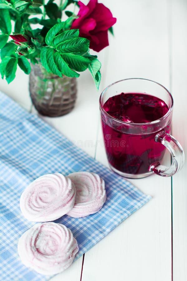 Avec le thé de guimauve images stock
