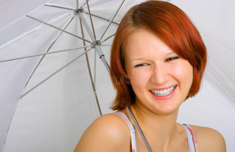Avec un sourire sous un parapluie photo libre de droits