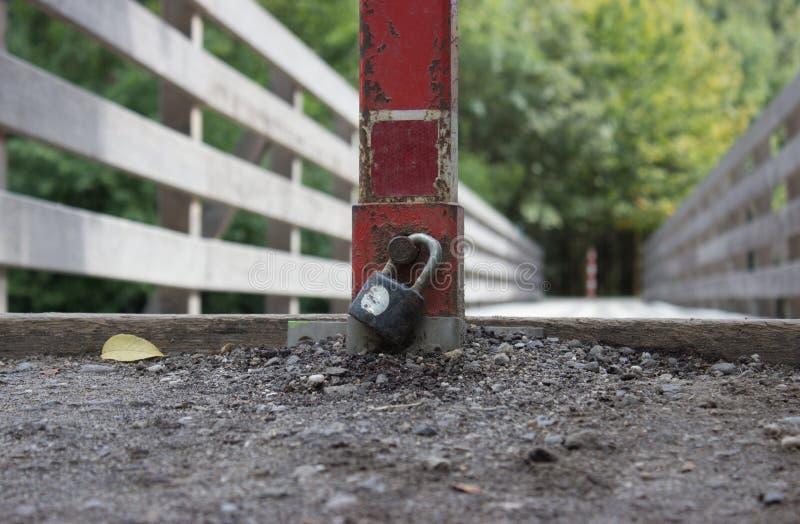 Avec un verrouillé de protection de serrure à travers le pont image libre de droits