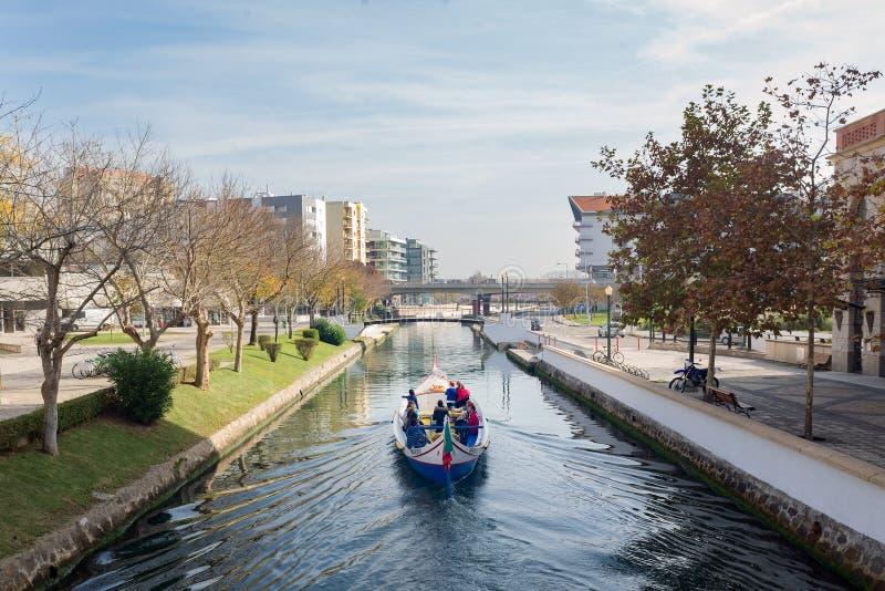 Aveiorstad, Portugal, moderne de kanalenreis van het bootwater stock foto