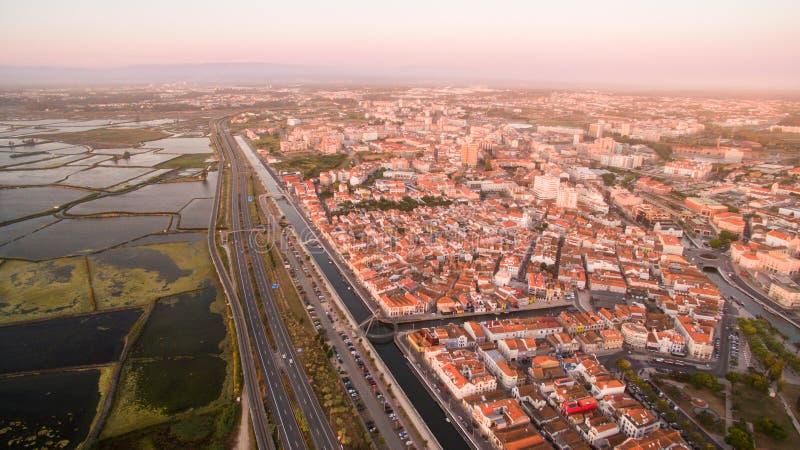 Aveiro på den pamoramic flyg- sikten Portugal för solnedgång royaltyfria foton