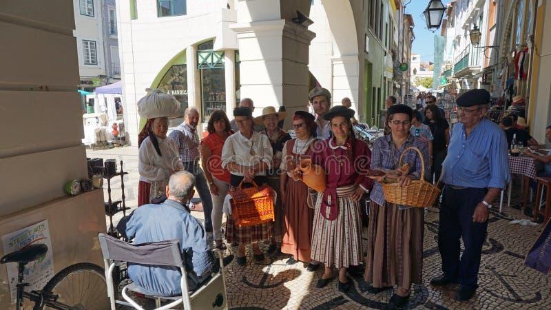 Aveiro, Portugal - cerca do outubro de 2018: Fazendeiro Wifes em um mercado local fotos de stock royalty free