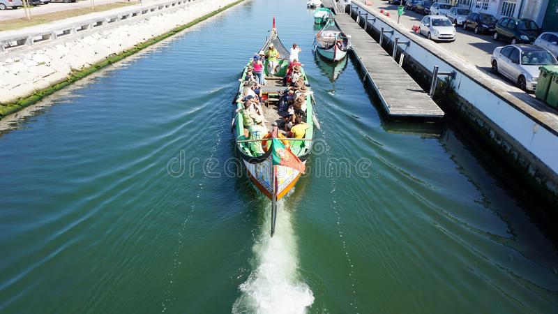 Aveiro, Portugal - cerca do outubro de 2018: Viagem do barco de Moliceiro nos canais de Aveiro fotos de stock royalty free