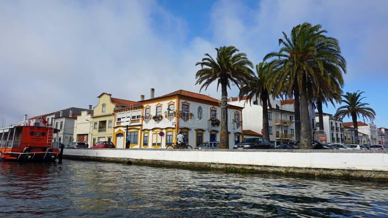 Aveiro, Portugal - cerca do outubro de 2018: Viagem do barco de Moliceiro nos canais de Aveiro fotografia de stock royalty free