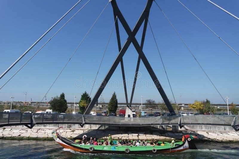 Aveiro, Portugal - cerca do outubro de 2018: Viagem do barco de Moliceiro nos canais de Aveiro fotografia de stock