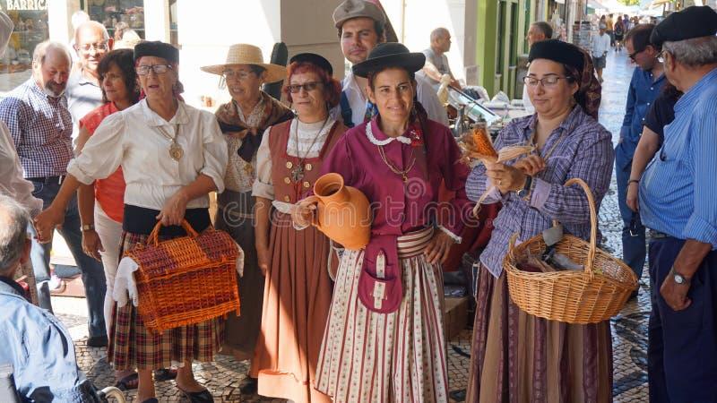 Aveiro Portugal - circa Oktober 2018: Bonde Wifes på en lokal marknad royaltyfri bild