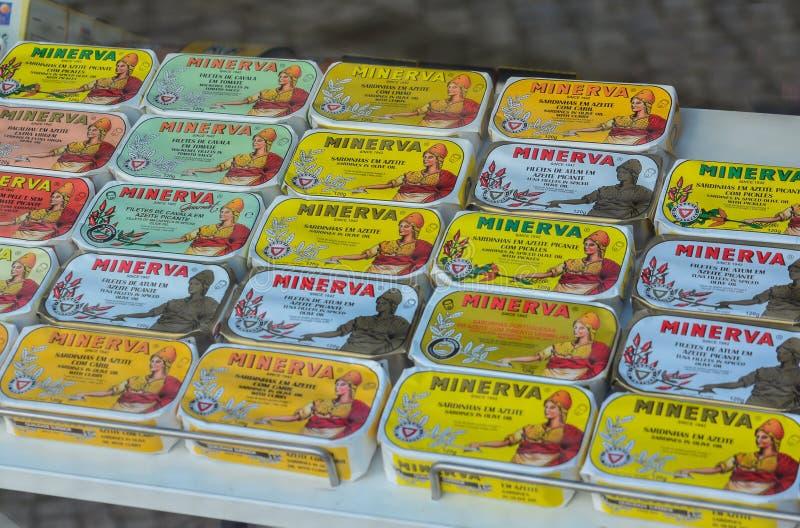 Aveiro, Portugal - 9 de agosto de 2017: Sardinhas em umas latas em uma prateleira em um supermercado imagens de stock royalty free