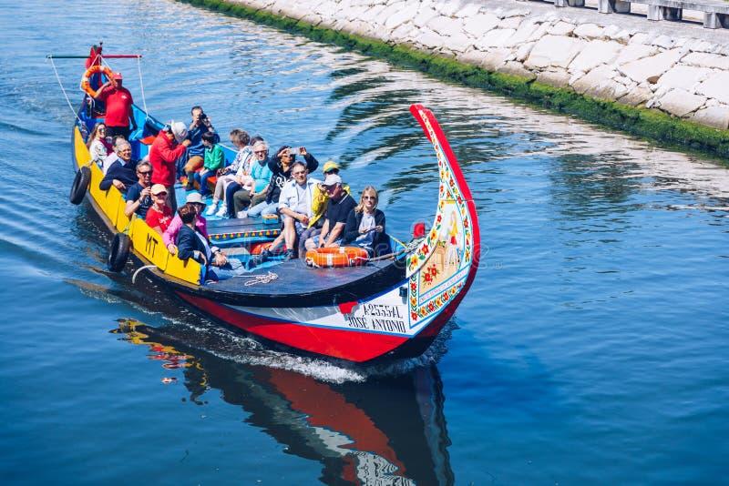 Aveiro, Portugal - 16 de junho de 2018: Embarcações tradicionais no canal de Aveiro, Portugal As carreiras coloridas de barco Mol fotografia de stock