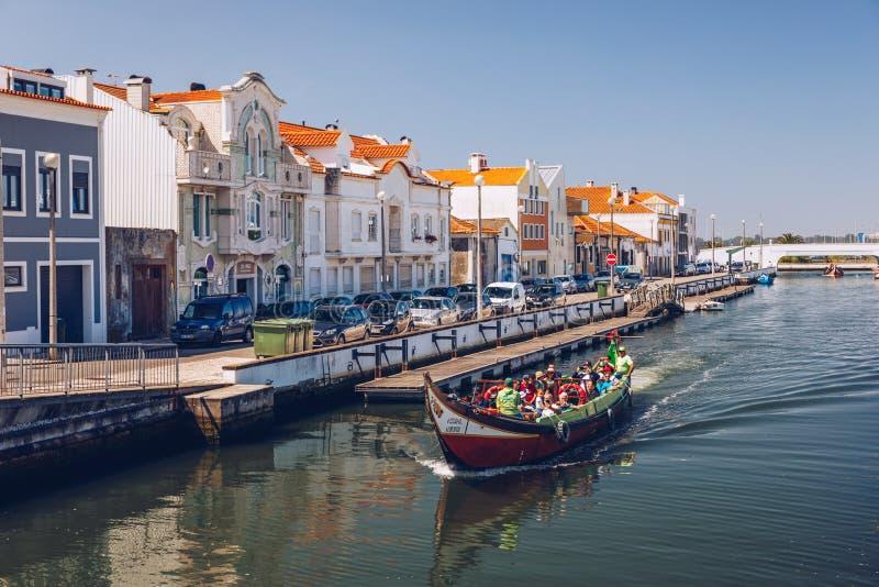 Aveiro, Portugal - 16 de junho de 2018: Embarcações tradicionais no canal de Aveiro, Portugal As carreiras coloridas de barco Mol imagens de stock royalty free