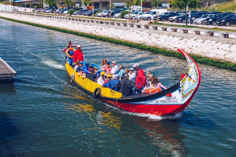Aveiro, Portugal - 16 de junho de 2018: Embarcações tradicionais no canal de Aveiro, Portugal As carreiras coloridas de barco Mol foto de stock
