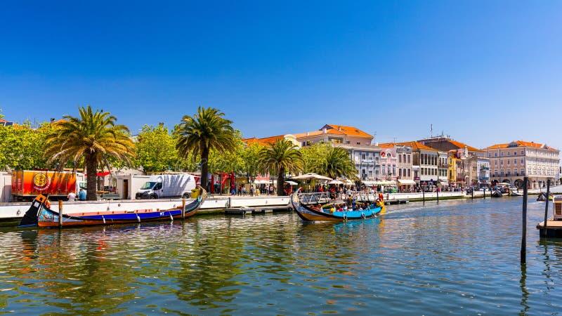 Aveiro, Portugal - 16 de junho de 2018: Embarcações tradicionais no canal de Aveiro, Portugal As carreiras coloridas de barco Mol imagens de stock