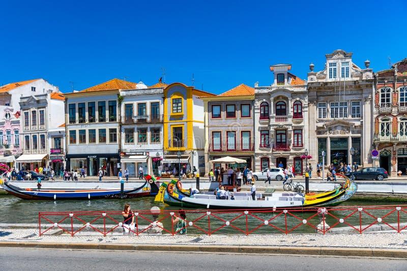 Aveiro, Portugal - 16 de junho de 2018: Embarcações tradicionais no canal de Aveiro, Portugal As carreiras coloridas de barco Mol imagem de stock