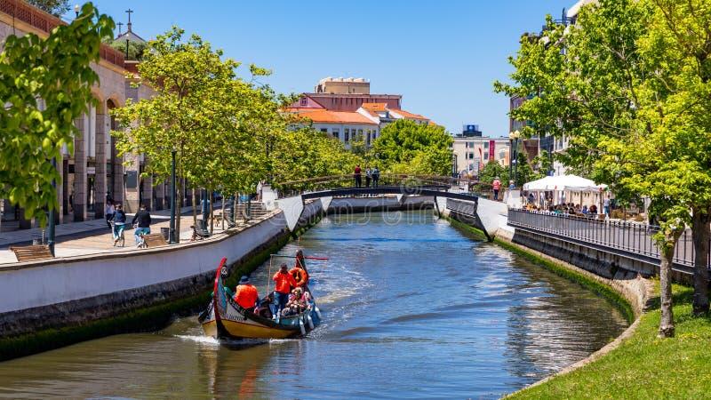 Aveiro, Portugal - 16 de junho de 2018: Embarcações tradicionais no canal de Aveiro, Portugal As carreiras coloridas de barco Mol imagem de stock royalty free