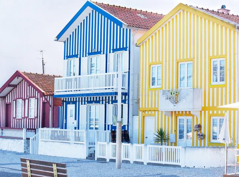 Aveiro, Portugal – 3 de maio de 2019: Rua com as casas tradicionais coloridas em Costa Nova famoso, Aveiro do pescador imagens de stock royalty free