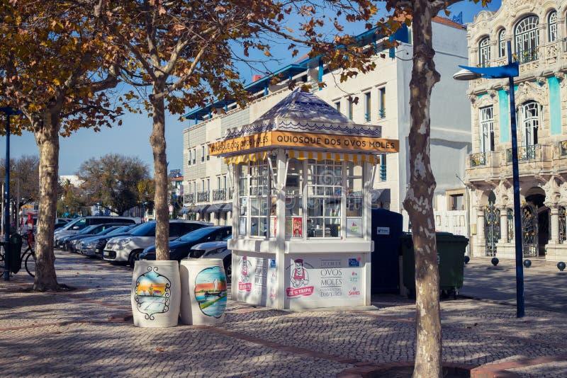 AVEIRO, PORTUGAL - NOVEMBER 21, 2017: kiosk met traditionele swe stock foto