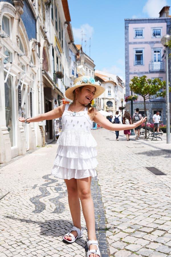aveiro Portugal Troszkę dziewczyna w białym kapeluszu i sukni chodzi przez turystycznych miejsc miasto fotografia stock
