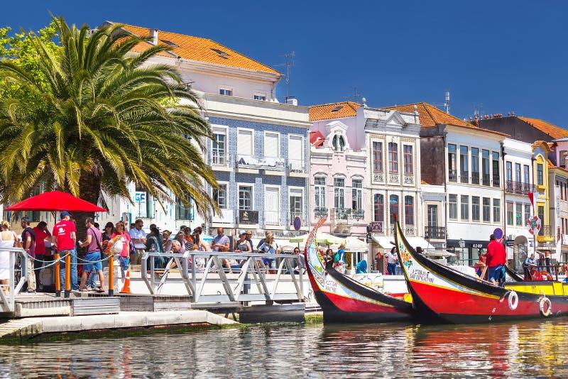 Aveiro Portugalia, Maj, – 3, 2019: Moliceiro tradycyjne łodzie dokowali wzdłuż środkowego kanału z wygodnymi domami w Aveiro zdjęcia royalty free