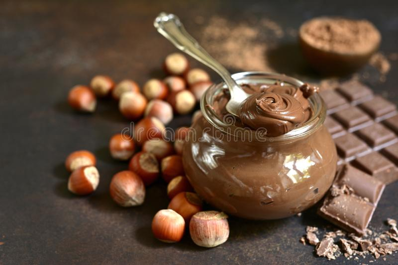 A avelã caseiro do chocolate espalhou em um frasco do vintage imagem de stock royalty free