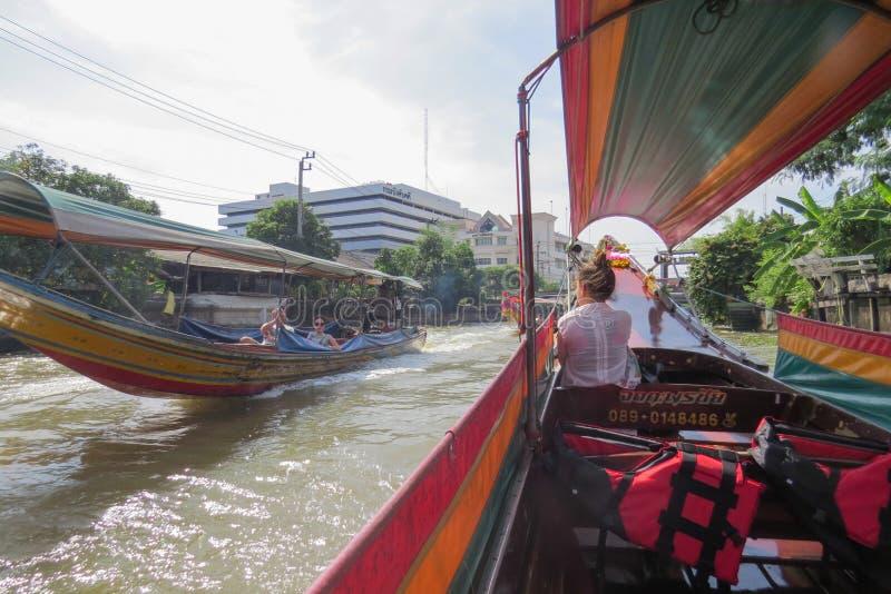 Avel a lo largo de Chao Phraya River en un barco turístico largo fotos de archivo libres de regalías