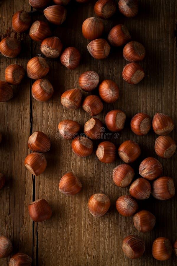 Avellana orgánica en cierre de madera de la tabla para arriba imagen de archivo